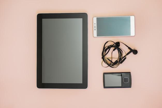 Mesa de negócios plana leigos com tablet digital, bloco de notas, telefone inteligente, leitor de música.