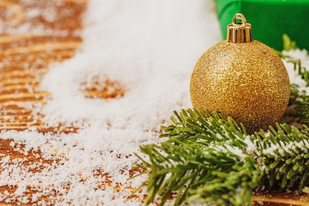 Mesa de neve com decoração de bugiganga de natal close-up