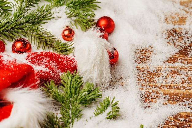 Mesa de neve com decoração de bugiganga de natal