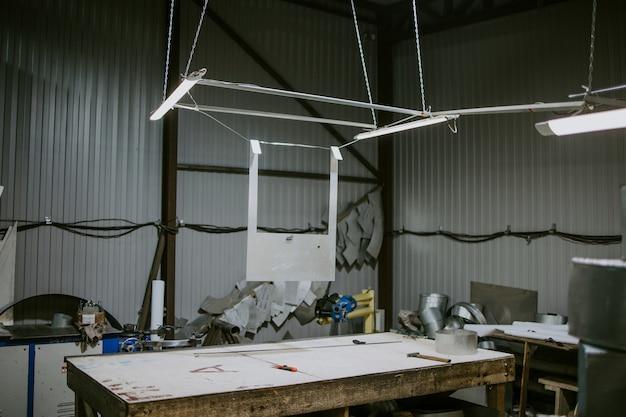 Mesa de oficina com ferramentas para trabalhar metal