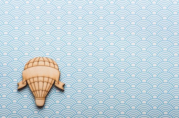 Mesa de ondas brancas azuis com balão de ar quente
