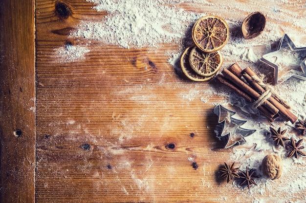 Mesa de padaria no topo da vista cheia de ingredientes aromáticos de natal