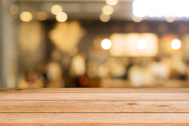 Mesa de painel de madeira marrom vintage com restaurante turva bar café
