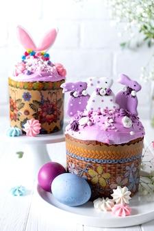 Mesa de páscoa com bolos de páscoa tradicionais do feriado, ovos pintados e ramos de flores