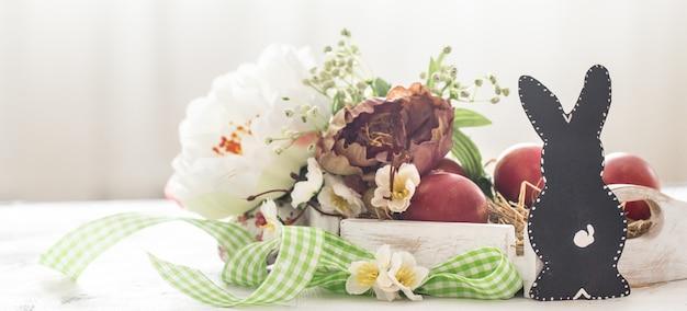 Mesa de páscoa com coelho e cesta de páscoa