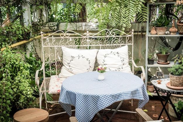 Mesa de pátio ao ar livre vazia e cadeira decoração no jardim