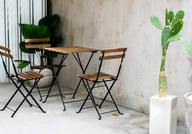 Mesa de pátio ao ar livre vazia e cadeira
