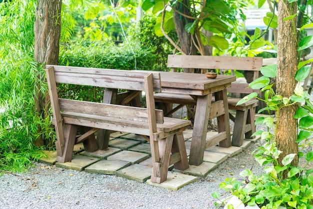 Mesa de pátio vazia com decoração de jardim