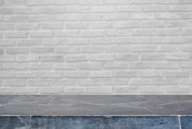 Mesa de pedra e fundo da parede de tijolos velha - pode ser usada para exibir ou montar seus produtos.