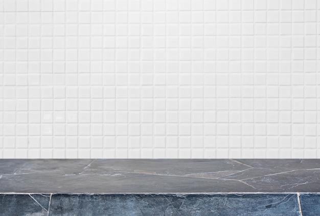 Mesa de pedra e fundo de parede de cerâmica branca - pode ser usado para exibir ou montar seus produtos.
