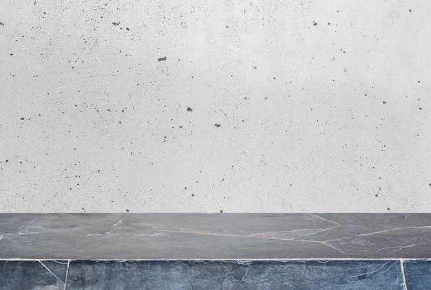 Mesa de pedra e fundo de parede de concreto velha e cinzenta - pode ser usada para exibir ou montar seus produtos.