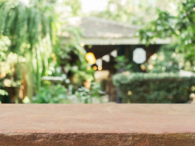 Mesa de pedra mesa vazia em frente ao fundo desfocado