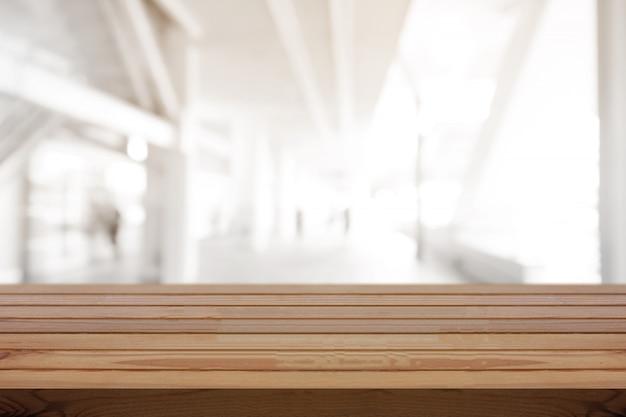 Mesa de pinho de madeira na parte superior sobre o fundo do borrão