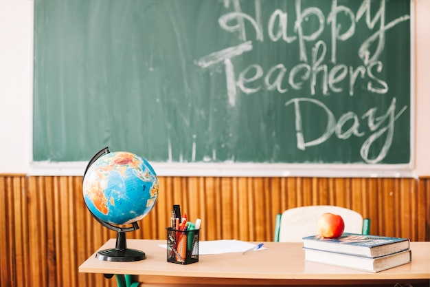 Mesa de professor na sala de aula