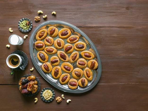 Mesa de ramadã doce festiva com biscoitos caseiros em uma mesa de madeira marrom