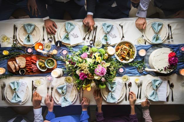 Mesa de recepção de casamento definindo vista aérea superior