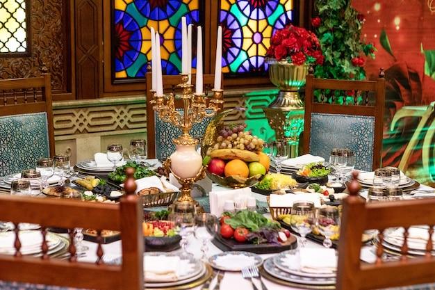 Mesa de refeição de comida de restaurante de estilo antigo