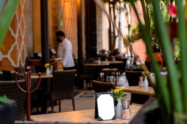 Mesa de restaurante com cardápio para escanear qr.