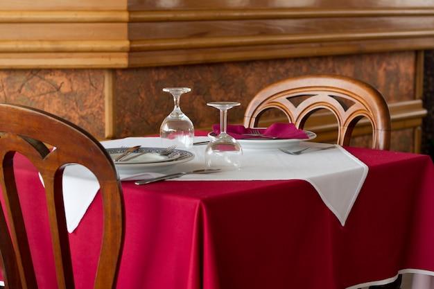 Mesa de restaurante com copos e pratos