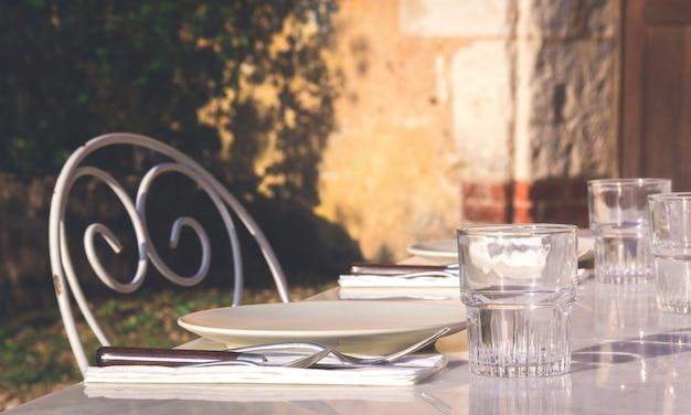 Mesa de restaurante com pratos e copos