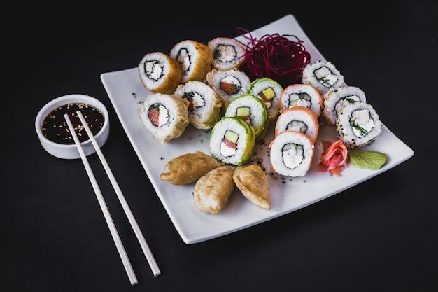 Mesa de rolos de sushi quente com gyoza