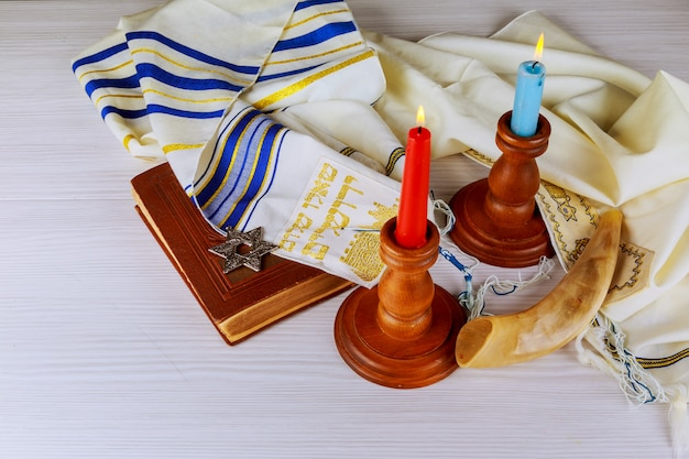 Mesa de shabbat com velas cobertas