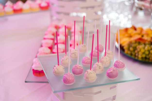 Mesa de sobremesa com bolos, biscoitos, biscoitos e cupcake
