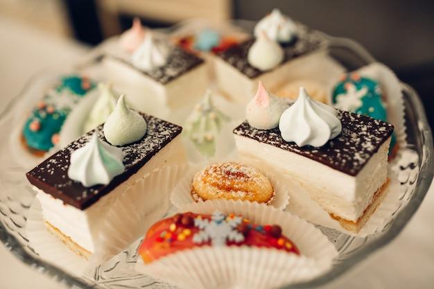 Mesa de sobremesa para uma festa. bolo de ombre, cupcakes. barra de chocolate