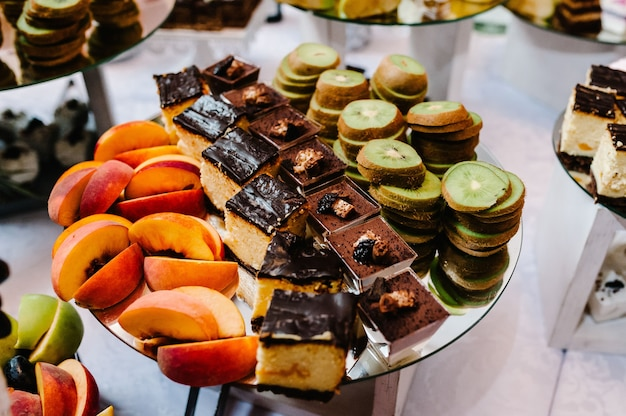 Mesa de sobremesas para festa de bolos, doces, frutas e guloseimas