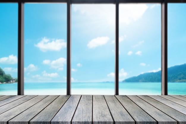 Mesa de tábua de madeira em cima com vista para o mar turva
