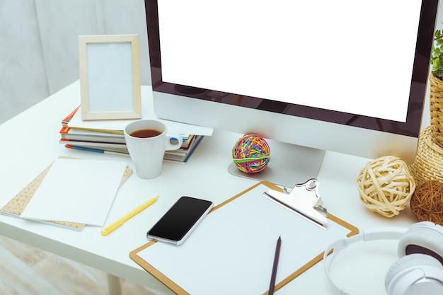 Mesa de trabalho com computador
