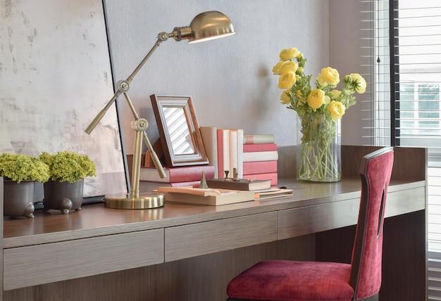 Mesa de trabalho com lâmpada de leitura e cadeira clássica vermelha