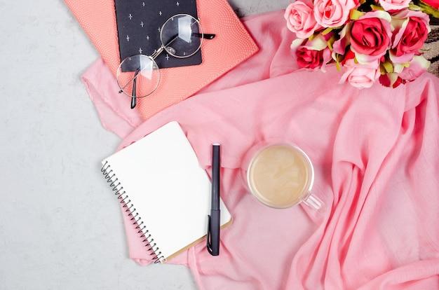 Mesa de trabalho com notebooks