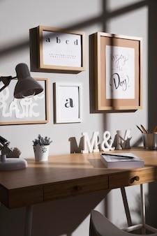 Mesa de trabalho com planta e lâmpada