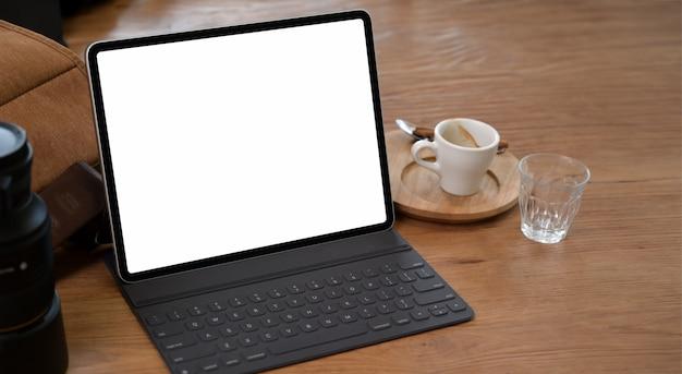 Mesa de trabalho confortável com tablet de tela branca