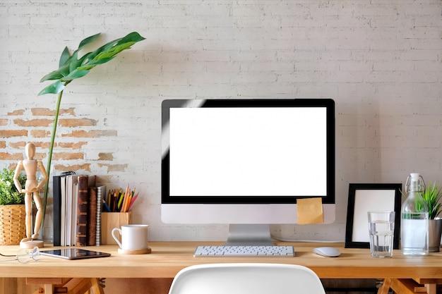 Mesa de trabalho contemporânea com computador desktop, acessório de escritório, computador de tela em branco