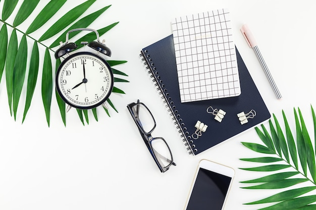 Mesa de trabalho de design com design de escritório com alarme, notebook, smartphone