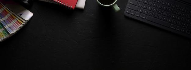 Mesa de trabalho de design elegante com tablet, notebooks, suprimentos de designer