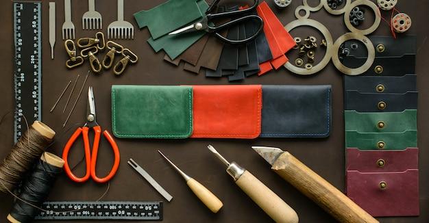 Mesa de trabalho de leathersmith. ferramentas de trabalho de couro em uma mesa de trabalho