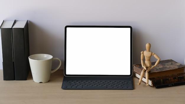 Mesa de trabalho de madeira com tablet de maquete e teclado inteligente