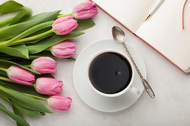 Mesa de trabalho de mulher com caneca de café.