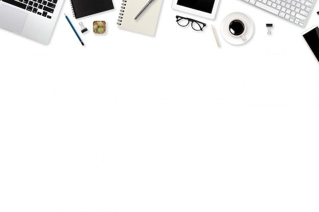 Mesa de trabalho de tecnologia com computador portátil, material de escritório, xícara de café e telefone celular isolado e branco