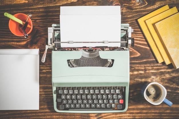Mesa de trabalho de um escritor com elementos vintage