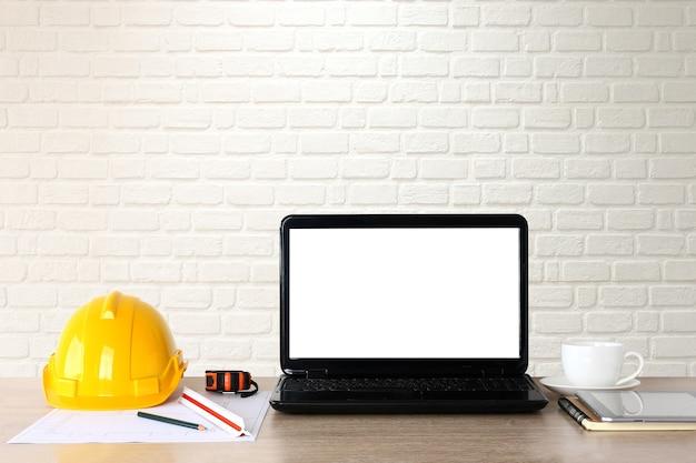 Mesa de trabalho, engenheiro de construção, notebook, chapéu de segurança,