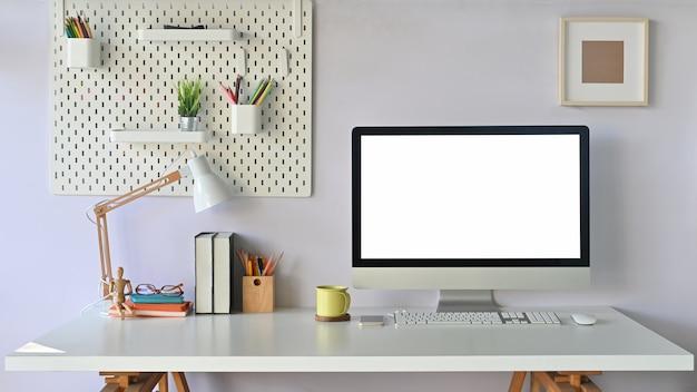 Mesa de trabalho, moderno espaço de trabalho maquete laptop com tela vazia e material de escritório.