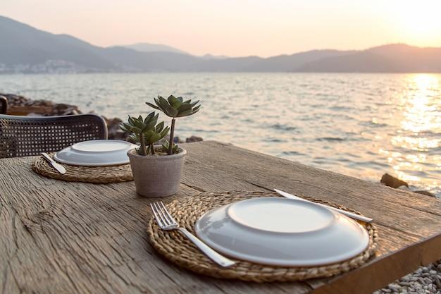 Mesa de viagem para almoço ou jantar à beira-mar