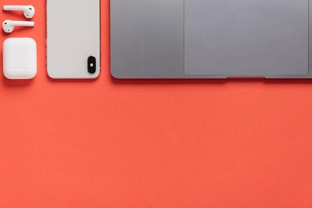 Mesa de vista superior com laptop e telefone