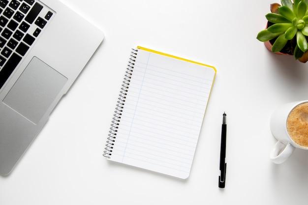 Mesa de vista superior com notebook e laptop