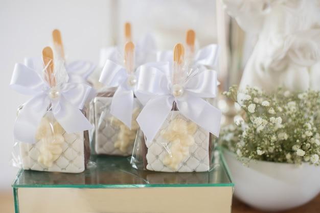 Mesa decorada com doces alfajor - batismo