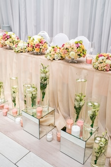 Mesa decorada com vaso de flores